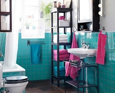 Les meubles dans cette petite salle de bain ont un design épuré qui évite d'encombrer l'espace. Une idée déco pour bien aménager sa petite salle d'eau avec des rangements.