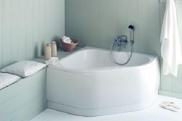 Mini baignoire sabot design en angle chez brossette for Mini salle de bain design