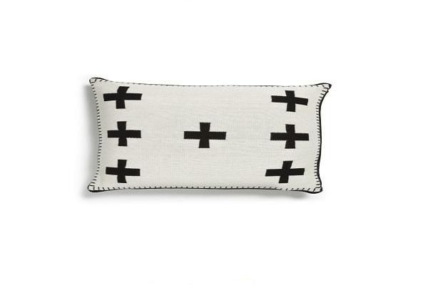 Une idée cadeau de Noël coussin avec des croix cousues en noir sur blanc.