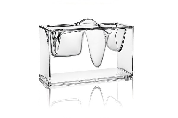 Un organisateur de bureau transparent comme un bloc de glace transparent.