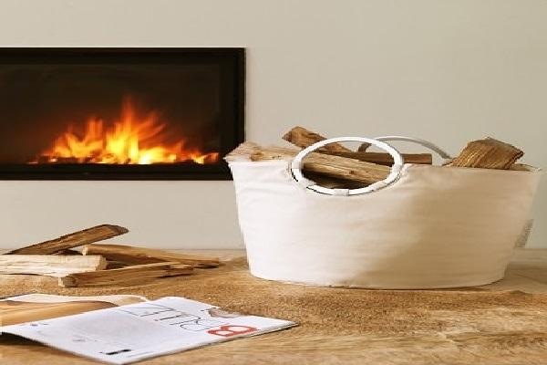 Un panier couleur sable pour ranger les bûches de la cheminée.