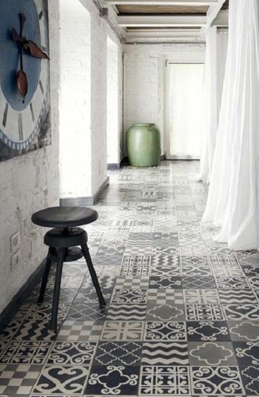 Des carreaux de ciment posés en patchwork au sol dans une entrée permettent de dynamiser la déco et d'apporter un charme rétro tendance à l'espace. On adore !