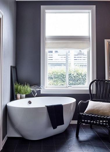 Installer une petite baignoire qu'elle soit une baignoire sabot ou simple est une solution gain de place déco et détente pour une aménager une salle de bain toute petite.