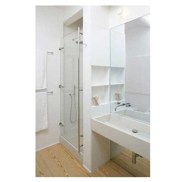 petite salle de bain am nag e en blanc. Black Bedroom Furniture Sets. Home Design Ideas