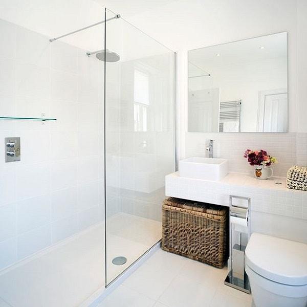 Salle De Bain Petite Douche : une petite salle de bain blanche aménagée avec une douche italienne …