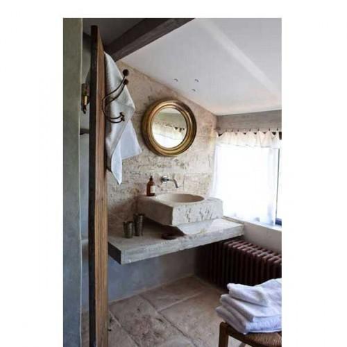 Une petite salle de bain charmante à la déco authentique avec ses murs, sol et plan vasque en pierre