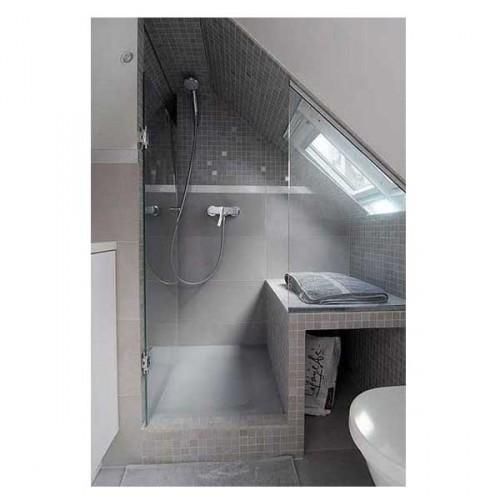 installée sous la pente du toit la douche et le plan recouvert de carrelage gris font de cette petite salle de bain un espace avec WC bien pratique