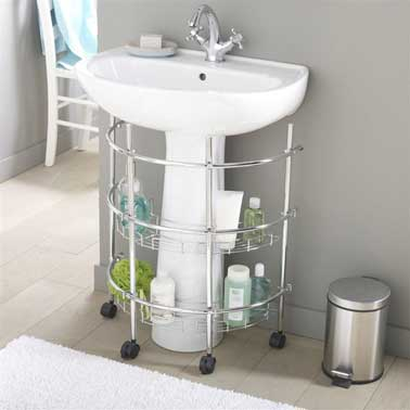 une petite tag re de rangement sous lavabo dans la salle de bain. Black Bedroom Furniture Sets. Home Design Ideas