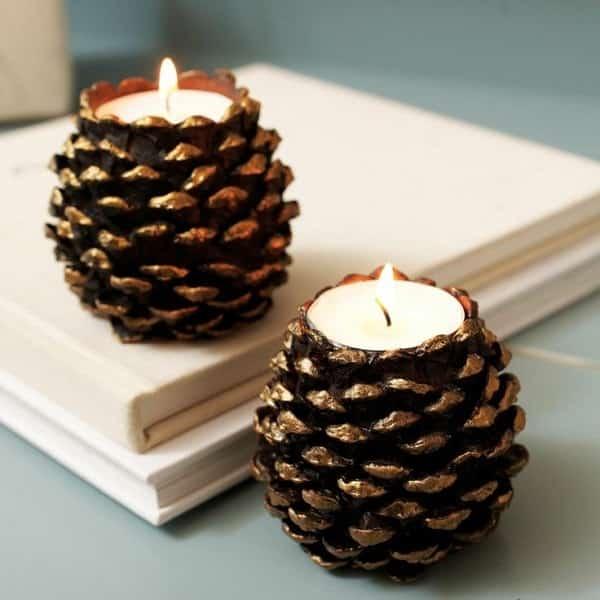Ces pommes de pin sont transformées en bougeoirs originaux pour créer une déco de Noël en famille.