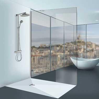Tout blanc pour une douche à l'italienne chic et design, le nouveau receveur  Linéal Solid Surface de Lazer sans bonde existe dans sa plus grande dimension  90 x 1.80 x 60 cm et sur mesure.