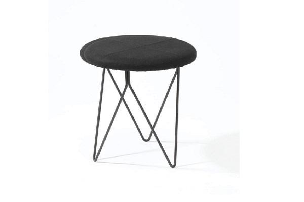 Un tabouret simple et chic pour un nouveau mobilier déco dans la maison.