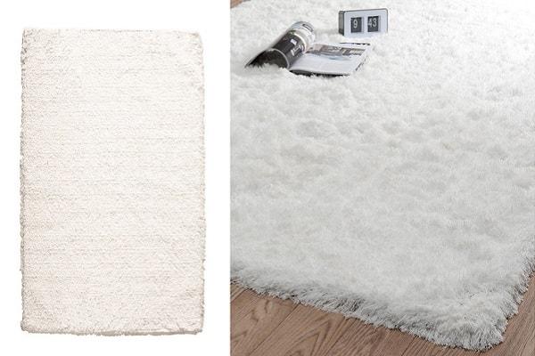 Déco nordique confortable et chaleureuse avec ce tapis écru Maisons du Monde dans le salon.