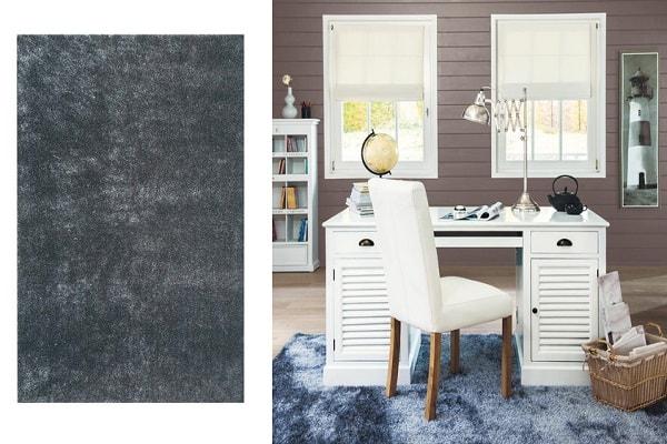 Un tapis à poils longs gris avec reflets bleutés pour la chambre.