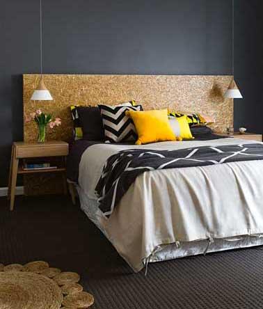 Chic, une tête de lit en bois verni dans une chambre peinture noir