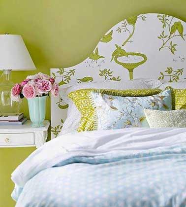 Tête de lit réalisée avec du papier motifs vert sur panneau de bois