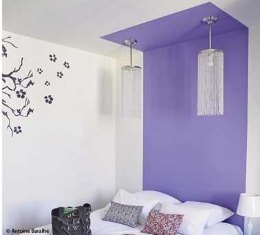 Une façon originale de faire une tête de lit avec une peinture sur le mur se prolongeant sur le plafond blanc