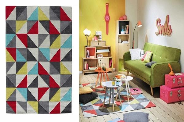 Des motifs géométriques bleu, rouge, gris, jaune et blanc pour un tapis déco.