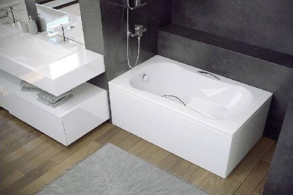 Cette baignoire sabot adopte un look compact et moderne.
