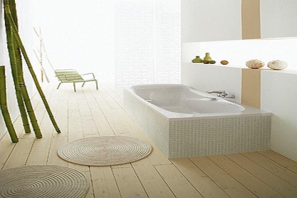 Une baignoire sabot avec un revêtement en faïence dans une salle de bain zen.
