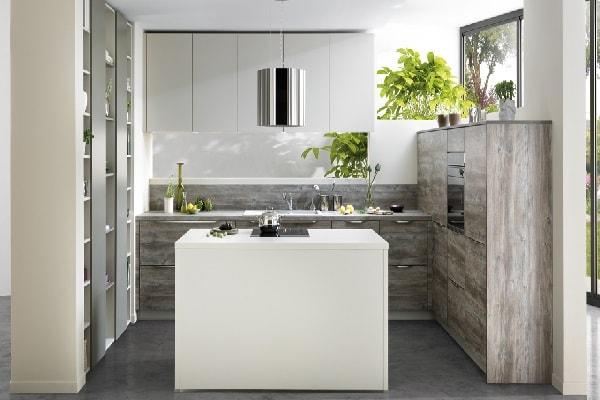 Une cuisine ouverte américaine spécialement conçue pour les petits espaces.