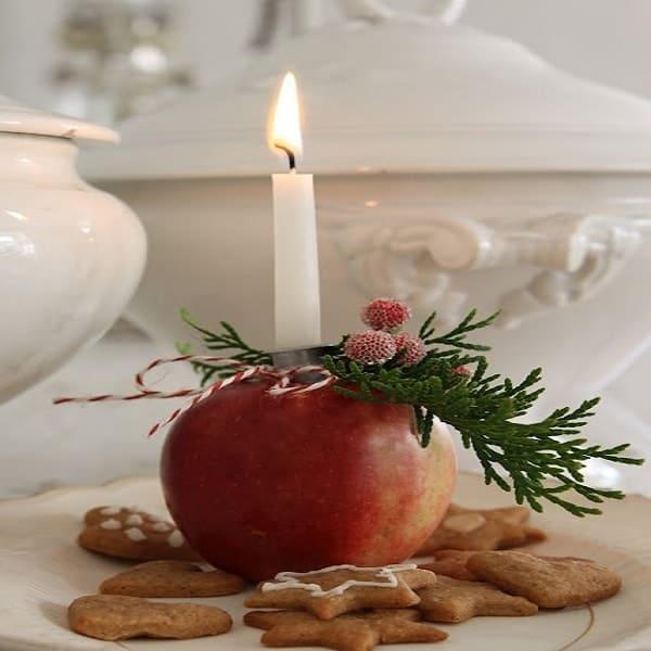Idée déco pour Noël, se servir d'une pomme pour créer un bougeoir top.