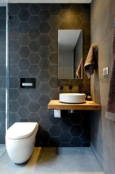 La déco WC comme la décoration de la maison surfe sur la tendance carreaux de ciment. Ces cabinets misent d'ailleurs tout leur cachet sur le mur principal gris anthracite.