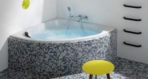 Une Salle De Bain Moderne Avec Une Petite Baignoire Encastrée