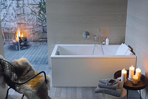 Une jolie baignoire détente petite dans une salle de bain cocooning.