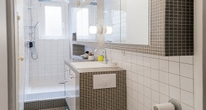 Petite salle de bain hyper bien am nag e deco cool - Salle de bain en longueur ...