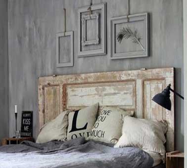 Originale, facile à faire pour personnaliser une chambre cocooning, une tête de lit réalisée avec une porte ancienne ou un volet bois