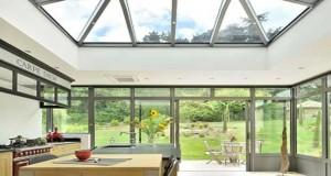 Coup de coeur Déco Cool pour unevéranda de 28 m2 aménagée en cuisine en extension d'une demeure ancienne par le fabriquant Verend'Art.
