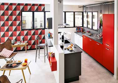Cuisine ouverte sur salon avec lot noir et meubles rouge for Cuisine en u ouverte sur salon