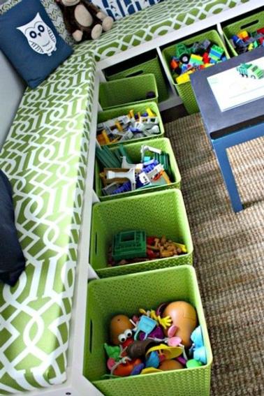 des bacs de rangements ultra pratiques dans la salle de jeux. Black Bedroom Furniture Sets. Home Design Ideas