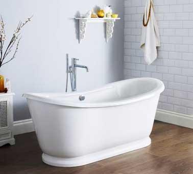 Classique baignoire sabot pour une déco de salle de bain zen authentique. Peinture gris perle et carrelage blanc. Baignoire sabot Hudson Reed