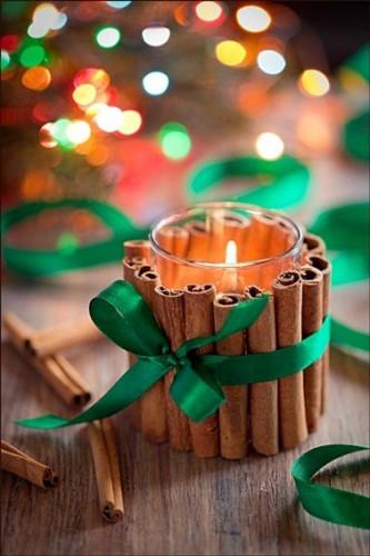 Customisez vos bougies blanches avec des petits bâtons de cannelle et un joli ruban en satin, pour décorer votre table de Noël, le couloir ou l'entrée de votre maison pour les fêtes.