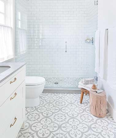 Une déco contemporaine réalisée avec des carreaux de ciments aux motifs traditionnels. Receveur de douche et vasque de lavabo vasque pierre grise.