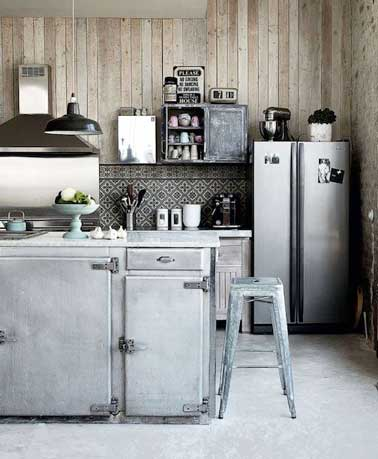 Dans cette cuisine en version vintage, le gris s'associe avec du bois clair et de l'alu brossé. Crédence en mosaïque de carreaux noir et blanc et déco rétro