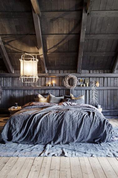 Aménagez une belle chambre originale au style baroque sous les combles : Dessus de lit et tapis bleu gris, des nuances de couleur qui ne manqueront pas de plaire !