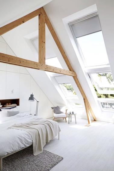 Une belle chambre parentale lumineuse grâce à ses vasistas, a été aménagée sous les combles. Un petit espace décoré très sobrement, idéal pour se reposer.