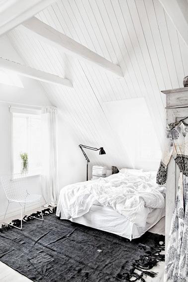 une chambre sous combles avec un plafond en lambris blanc. Black Bedroom Furniture Sets. Home Design Ideas