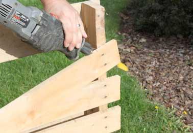 On sectionne les clous de la palette en bois pour démonter les côtés. On utilise une scie sauteuse pour retirer plus facilement les clous de haut en bas.