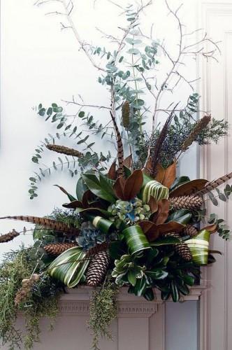 Décorez votre extérieur pour les fêtes avec une simple couronne de verdure composée de pommes de pins et de feuilles de votre jardin.