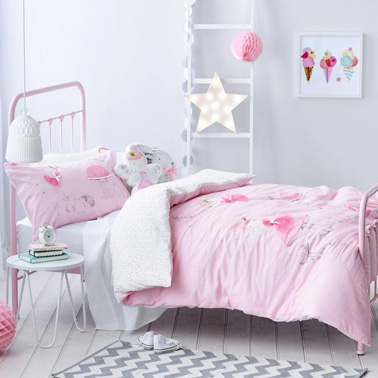 du pastel pour une d co de chambre de petite fille rose et blanche. Black Bedroom Furniture Sets. Home Design Ideas
