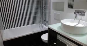 Disposition du lit pour agrandir une petite chambre - Quelle couleur pour salle de bain ...