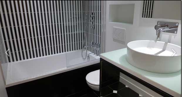 Quelle couleur d co pour agrandir une petite salle de bain for Couleur carrelage salle de bain sans fenetre