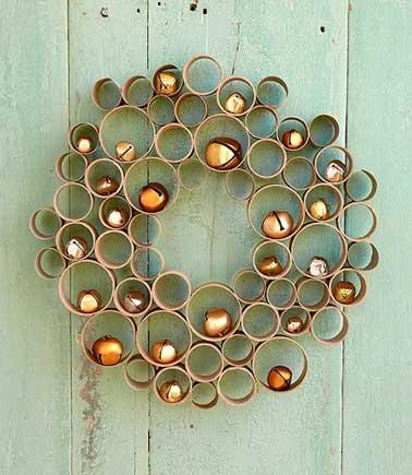 Fabriquez votre couronne de bienvenue à l'aide de tubes en carton de papier toilette et de sopalin, à décorer avec des jolis accessoires de Noël, une déco 100% récup et originale pour accueillir vos invités pour les fêtes