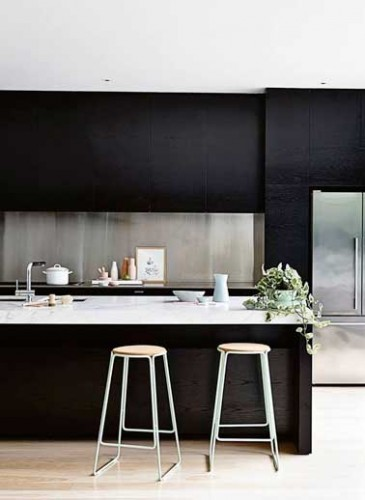 cr dence en inox bross dans cuisine noire design. Black Bedroom Furniture Sets. Home Design Ideas