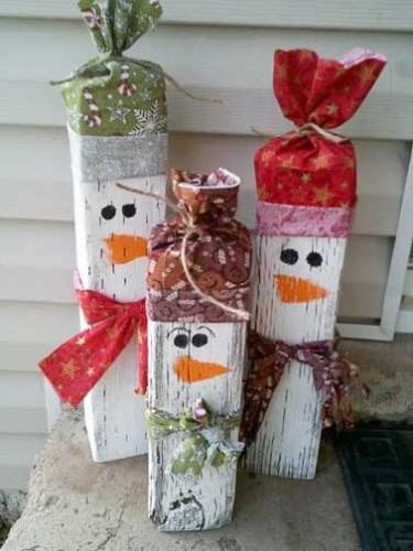 Pour les fêtes de Noël et pour le plus grand bonheur des enfants, des amusants petits bonhommes de neige en bois flotté à décorer, peindre et customiser en famille pour un décors d'extérieur simple, personnalisé et rigolo.