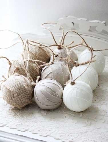 Récupérez vos anciennes boules de Noël avec des jolis tissus pour leur donner une seconde vie et sublimez votre sapin pour les fêtes