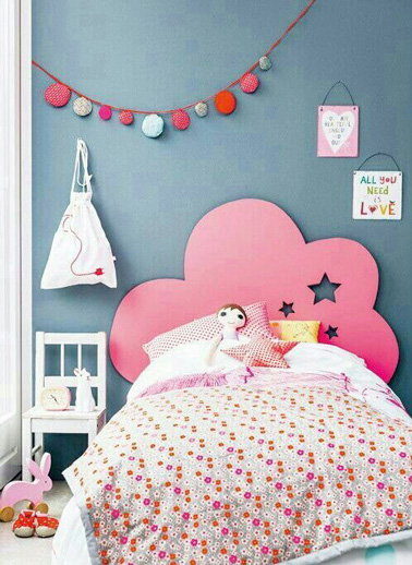 chambre de petite fille avec une t te de lit color e. Black Bedroom Furniture Sets. Home Design Ideas